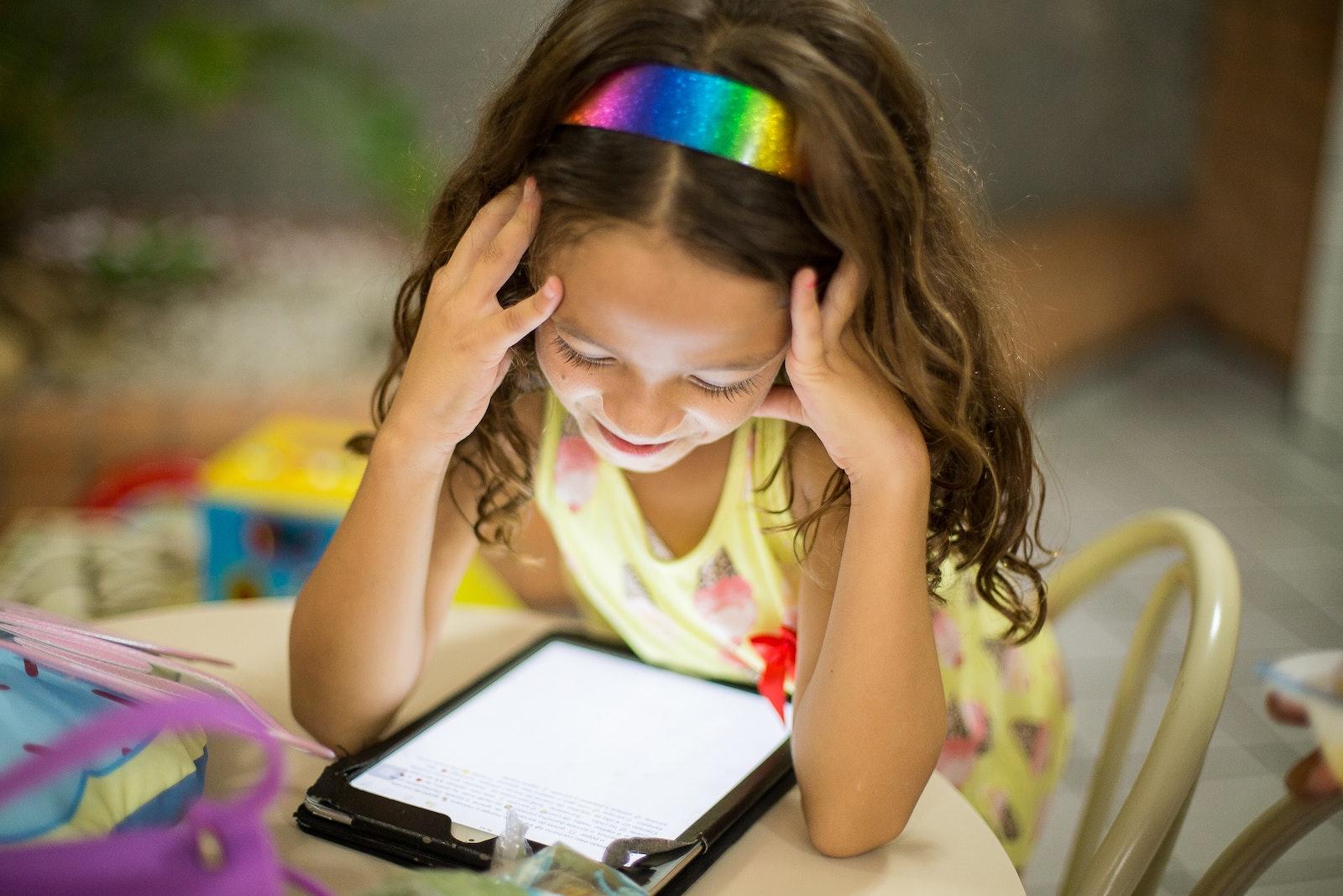 Technik für Kids - Kind mit Tablet