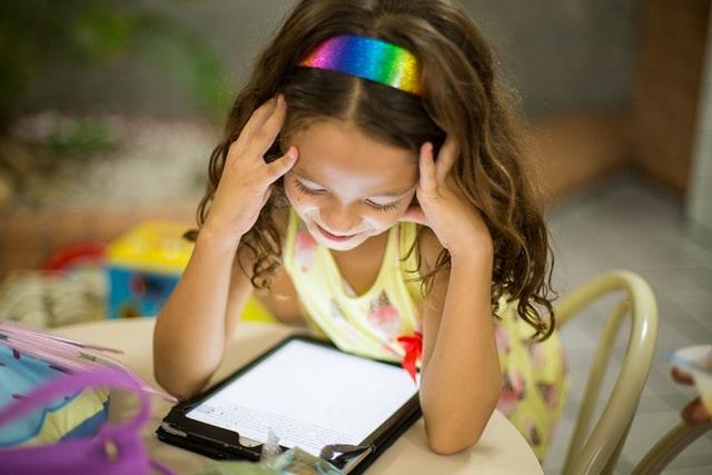 Technik für Kids: Mädchen mit Tablet beim Lernen